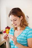 丸薬を持つ女性 — ストック写真