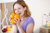 Femme, manger des fruits — Photo