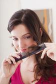 Mulher cuidando cabelos — Fotografia Stock