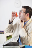 ASTHMA TREATMENT, MAN — Foto de Stock