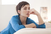 Vrouw op sofa — Stockfoto