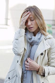 Kadın baş ağrısı ile — Stok fotoğraf
