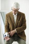 Elderly man measures pressure — Stock Photo