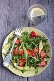 Avocado, strawberry and arugula salad with poppy seeds sauce — Stock Photo