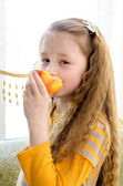 The child eats apple — Stock Photo
