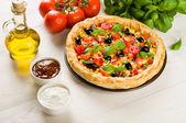 Pizza en la mesa de madera — Foto de Stock