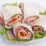 sanduíche embrulhado tortilla rolos corte ao meio — Fotografia Stock  #41987675