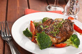 Grilled pork chops with vegetables — ストック写真