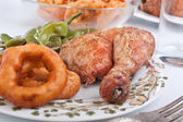 Roasted chicken legs with garnish — Foto Stock
