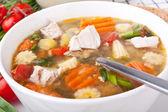 обслуживание куриный и овощной суп — Стоковое фото