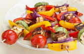 Plate with halloumi and vegetables kebabs — ストック写真