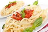Linguine pasta with fresh tomato sauce and basil — Stock Photo