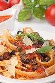 Linguine pasta with fresh tomato puttanesca sauce — Stock Photo