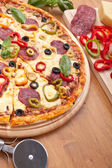 Pizza con ingredientes — Foto de Stock