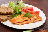 Salmón con verduras — Foto de Stock
