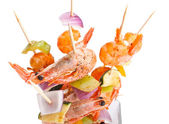Brochettes de crevettes grillées et de légumes colorés — Photo