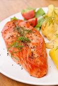 Piatto gustoso salmone guarnito con verdure — Foto Stock