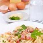 ������, ������: Serving of traditional spaghetti carbonara