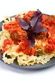 Mafalde pasta con polpette in salsa di pomodoro — Foto Stock