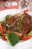 Grilled pork chops with vegetables — Foto de Stock