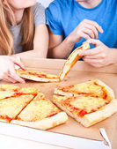 Young people eating pizza — Stock Photo