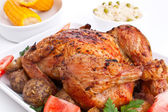 Whole golden roasted chicken with roasted potatoes, fresh tomato — Stockfoto