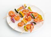 Vegetable and shrimp kebabs — Stock Photo