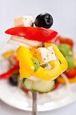 Griechischer Salat auf einer Gabel — Stockfoto