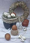 Brown and guinea fowl eggs in a pot and brown and guinea fowl eggs laid on the floor — Zdjęcie stockowe