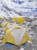 Tentes au camp de base everest, temps nuageux, Népal. — Photo