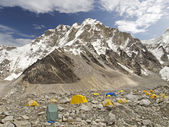 Tents in Everest Base Camp, cloudy day, Nepal. — Stockfoto
