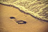 Voetafdruk op zand strand. — Stockfoto