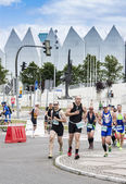 Triathletes on the street during first Triathlon Szczecin Race. — Foto Stock
