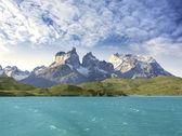 Pehoe горные озера и Лос cuernos, Чили. — Стоковое фото