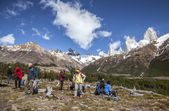 Tourists admiring scenic view of Mount Fitz Roy, one of the most beautiful places in Patagonia, Argentina. — Stock Photo
