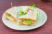 Sanwich kuřecí masíčka, sýru a zeleniny — Stock fotografie