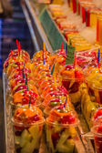 Set packed slice of fresh fruits in the famous La Boqueria — Stock Photo