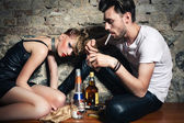 The couple with ciggarettes and alcohol — Stock Photo