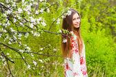Fille belle au printemps avec des fleurs — Photo