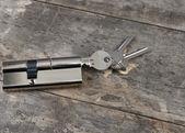 Cilindro chave sobre a mesa de madeira — Fotografia Stock