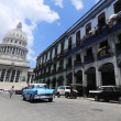 Постер, плакат: Classic old American car in front of El Capitolio