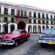 Old American cars on the square in front of El Capitolio — Stok fotoğraf