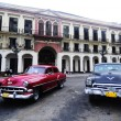 Old American cars on the square in front of El Capitolio — Stock fotografie