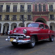 Old American car on the square in front of El Capitolio — Stok fotoğraf #41995287