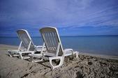 Chaises de plage tropicale déserte sur le sable au rivage dans la dia — Photo