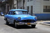 Classic old American car on the streets of Havana — Stock Photo