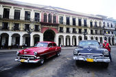 Old American cars on the square in front of El Capitolio — Foto de Stock