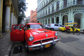 Luxury renovated old American car in front of the hotel — Stock Photo
