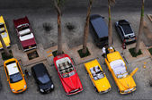 Aerial view of old American cars in front of the hotel — Stock Photo