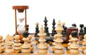 шахматные фигуры и песочные часы — Стоковое фото